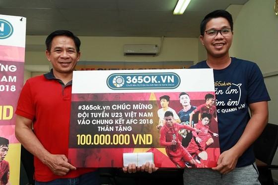 Ông Hồ Phước Hiệp (phải) trao tiền thưởng cho đại diện VFF phía Nam