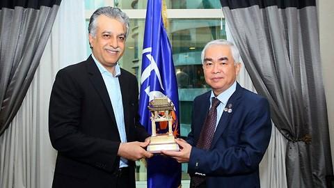 Ông Salman Al-Khalifa trong một lần gặp gỡ chủ tịch VFF Lê Hùng Dũng. Ảnh: Đoàn Nhật