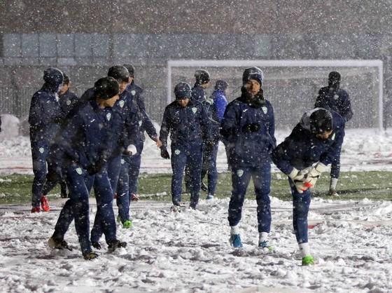 Đội Uzbekistan khởi động trên sân Thường Châu tối 2501. Ảnh: ANH KHOA