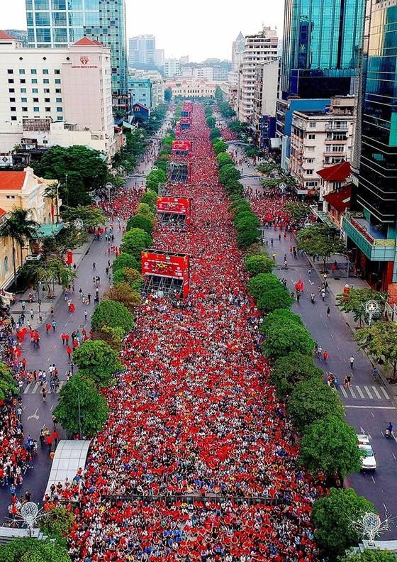 Hàng vạn người hâm mộ xem trực tiếp trận chung kết tại phố đi bộ đường Nguyễn Huệ. Ảnh: HOÀNG HÙNG