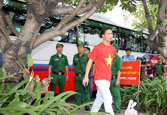 Đội U23 Việt Nam dự lễ dâng hương tượng đài Bác Hồ trên phố đi bộ đường Nguyễn Huệ ảnh 2