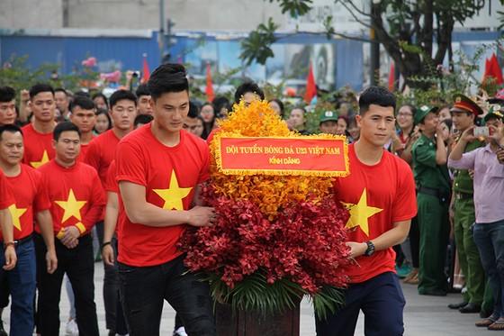 Đội U23 Việt Nam dự lễ dâng hương tượng đài Bác Hồ trên phố đi bộ đường Nguyễn Huệ ảnh 4