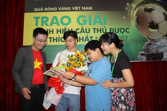 """Nguyễn Công Phượng nhận giải """"Cầu thủ được yêu thích nhất năm 2017"""" ảnh 5"""