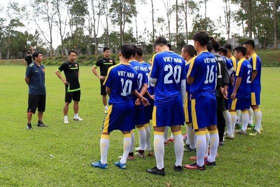 Đội U19 Việt Nam trong buổi tập trên sân Hàm Rồng. Ảnh: MINH TRẨN