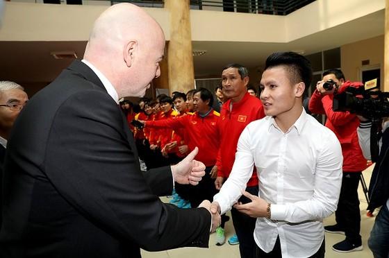 Chủ tịch FIFA Gianni Infantino  bắt tay Quang Hải trong chuyến thăm Việt Nam mới đây. Ảnh: MINH HOÀNG