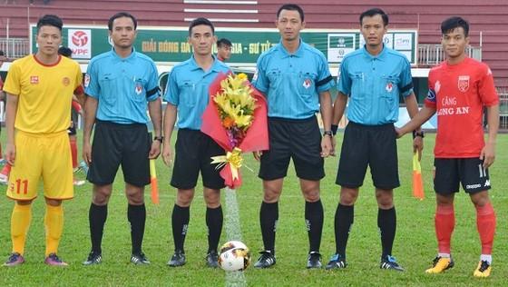 Tổ trọng tài cùng thủ quân hai đội Long An và CAND trước trận đấu. Ảnh: ANH TUẤN