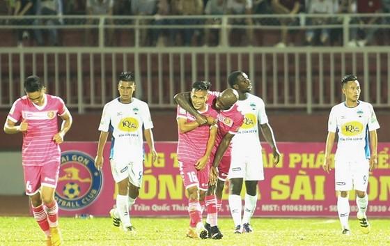 Niềm vu của CLB Sài Gòn sau trận thắng đầu tiên. Ảnh: DŨNG PHƯƠNG