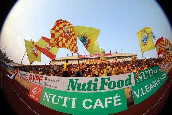 CĐV Nam Định đang trông chờ sự quật khởi của đội nhà ở những vòng đấu tới. Ảnh: MINH HOÀNG