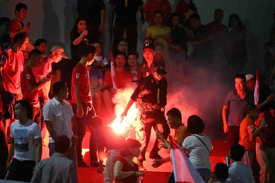 Pháo sáng được đốt trên khán đài sân Thống Nhất ở vòng 6 vừa qua. Ảnh: DŨNG PHƯƠNG