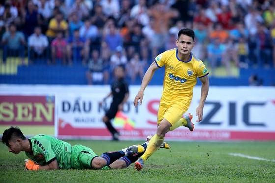 Đình Tùng vui mừng sau bàn gỡ 1-1 cho đội chủ nhà. Ảnh: MINH HOÀNG