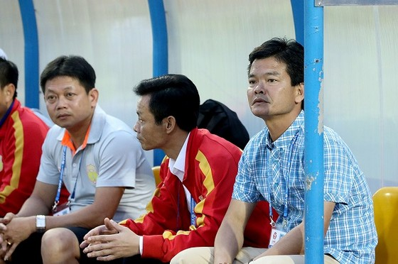 HLV Nguyễn Văn Sỹ tiếp tục gặp nhiều thử thách ở vòng 7. Ảnh: MINH HOÀNG