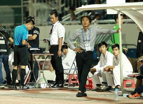 HLV Miura như chịu trận trong hiệp hai. Ảnh: Đức Duy