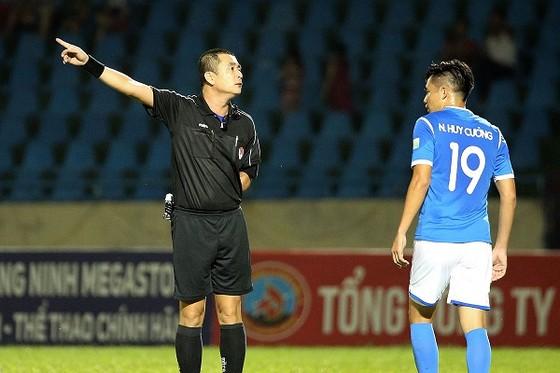 Trọng tài Nguyễn Trọng Thư sẽ không tiếp tục được mời trong thời gian tới. Ảnh: MINH HOÀNG