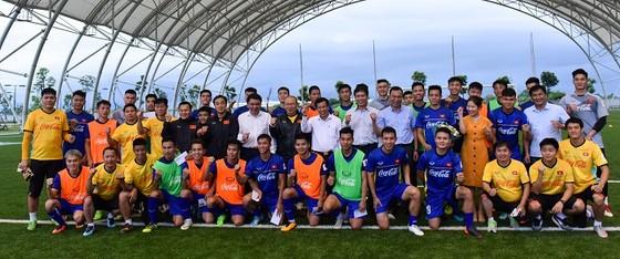Bộ trưởng Bộ VH-TT-DL Nguyễn Ngọc Thiện thăm đội U23 Việt Nam ảnh 3