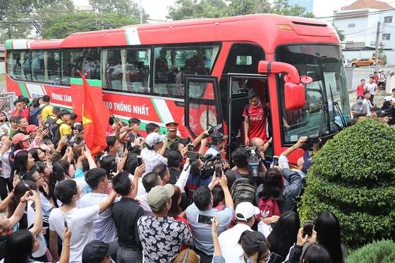 """CĐV Bình Dương và """"cơn số"""" Olympic Việt Nam trong 2 ngày qua. Ảnh: DŨNG PHƯƠNG"""