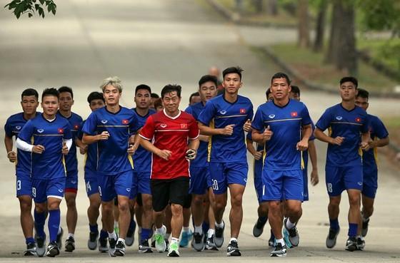 Olympic Việt Nam đã có buổi tập... đáng nhớ trên sân xi-măng. Ảnh: DŨNG PHƯƠNG