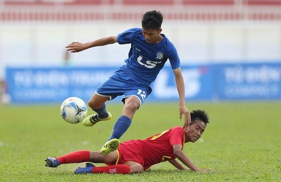 Becamex Bình Dương (áo xanh) vượt qua Sài Gòn FC để vào bán kết. Ảnh: ANH TRẦN