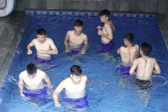 Các tuyển thủ thả lỏng dưới hồ nước ở khách sạn sáng 17-8. Ảnh: DŨNG PHƯƠNG