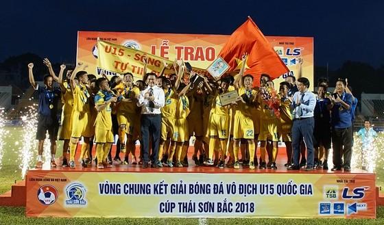 Đội U15 SLNA lên ngôi vô địch sau loạt sút luân lưu. Ảnh: HOÀNG HÙNG