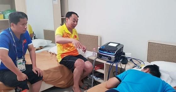Bác sĩ Hiền đang khám cho Đình Trọng. Ảnh: ĐOÀN NHẬT