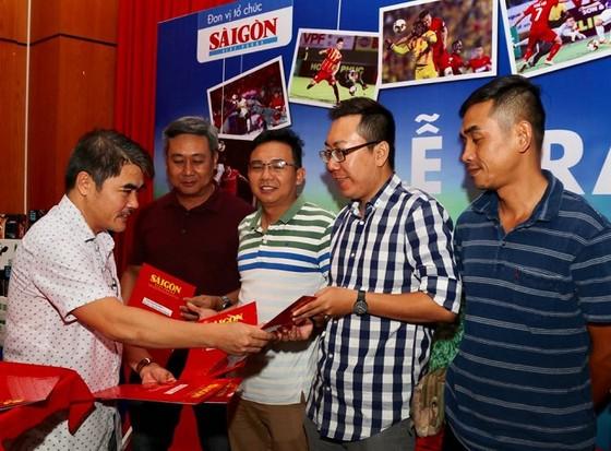 Ông Nguyễn Chiến Dũng, Thư ký Tòa soạn báo SGGP điện tử trao quà cho các tác giả đoạt giải. Ảnh: DŨNG PHƯƠNG