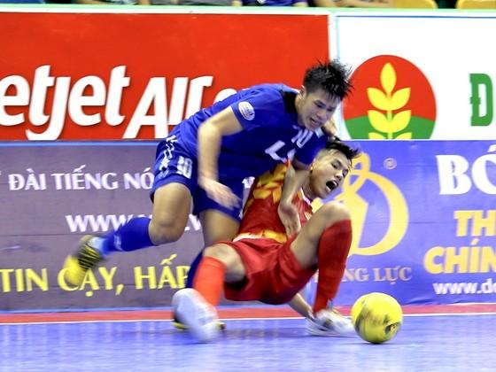Thái Sơn Nam (áo xanh) kịp gượng dậy sau chiến thắng 2-0 trước Cao Bằng. Ảnh: HOÀNG QUÂN
