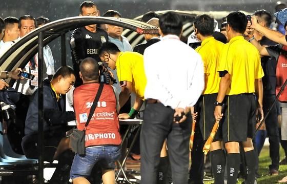 HLV Nguyễn Đức Thắng bị kỷ luật ngồi trên khán đài đến cuối giải ảnh 1
