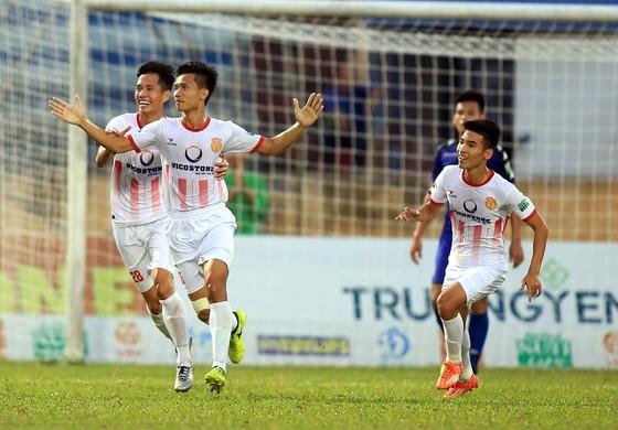 Niềm vui của cầu thủ Nam Định sau trận thắng Bình Dương. Ảnh: MINH HOÀNG