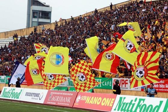 Luôn có hàng vạn khán giả đến sân Thiên Trường khi Nam Định đá sân nhà. Ảnh: MINH HOÀNG
