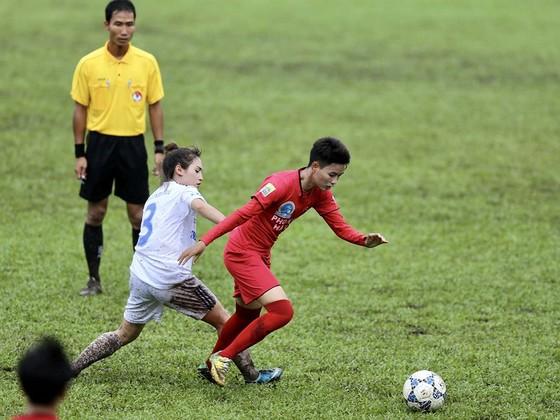 PP.Hà Nam có chiến thắng dễ trước TNG.Thái Nguyên (áo trắng). Ảnh: DŨNG PHƯƠNG