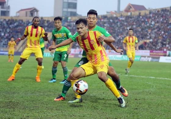 Cuộc chạm trán ở lượt đi giữa hai đội trên sân Thiên Trường. Ảnh: MINH HOÀNG