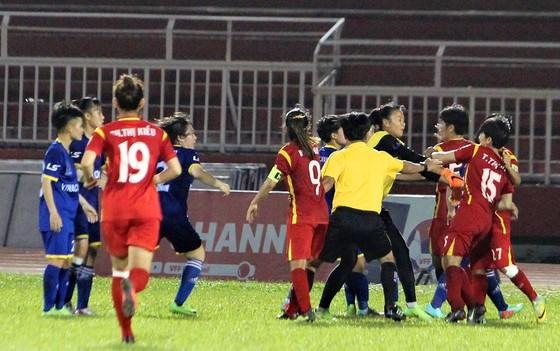 Một số cầu thủ hai đội đã thiếu kềm chế dẫn đấn xô xát trên sân. Ảnh: Nguyễn Hoàng