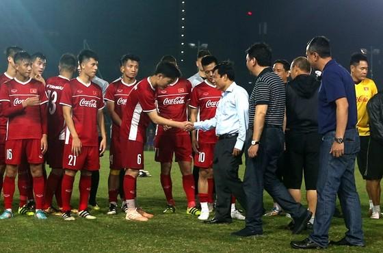 Bộ trưởng Bộ VH-TT&DL Nguyễn Ngọc Thiện ghé thăm đội tuyển vào chiều 4-11. Ảnh: MINH HOÀNG