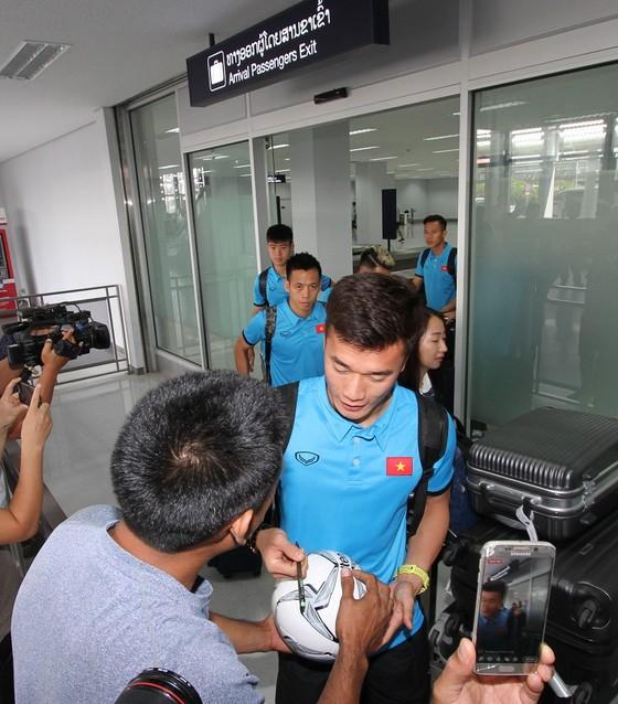 Những hình ảnh đầu tiên của ĐTVN tại Lào ảnh 2