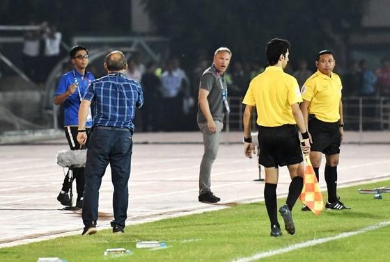 Tình huống căng thẳng giữa ông Park và đồng nghiệp bên phía đội Myanmar. Ảnh: Bạch Dương