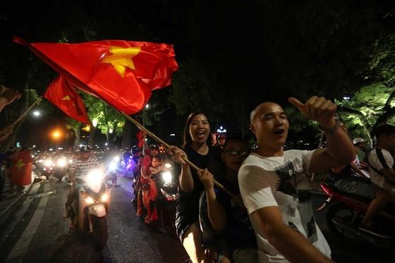 Người hâm mộ Việt Nam lại có dịp xuống đường ăn mừng chiến thắng vào tối 2-12. Ảnh: MINH HOÀNG