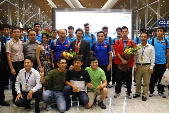 Văn Toàn cùng đội tuyển Việt Nam sang Malaysia ảnh 5