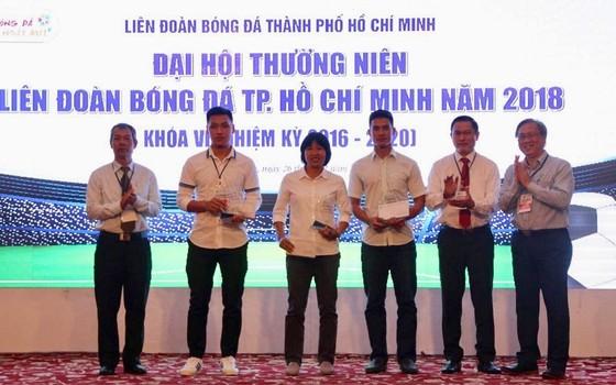 Đại diện các đội Thái Sơn Nam, Hải Phương Nam và nữ TPHCM nhận phần thưởng từ HFF. Ảnh: XUÂN DỰ