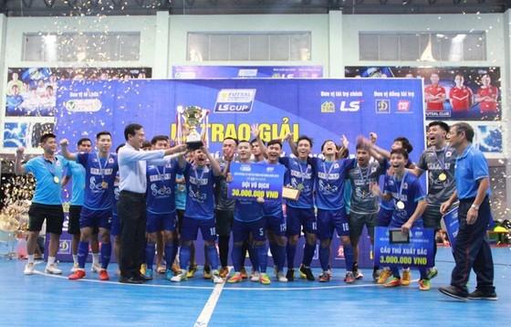 Lãnh đạo HFF và nhà tài trợ trao Cúp vô địch cho đội Hải Phương Nam