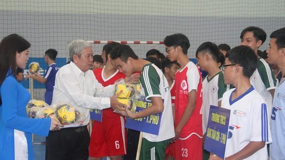 Ban tổ chức trao quà và chào mừng các đội dự giải. Ảnh: ANH TRẦN