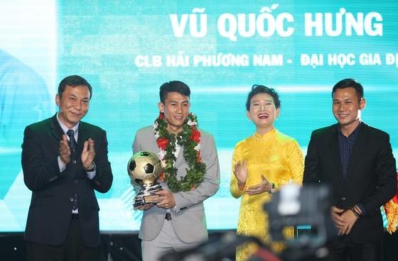 Vũ Quốc Hưng nhận Quả bóng vàng futsal từ Phó chủ tịch VFF Trần Quốc Tuấn. Ảnh: DŨNG PHƯƠNG