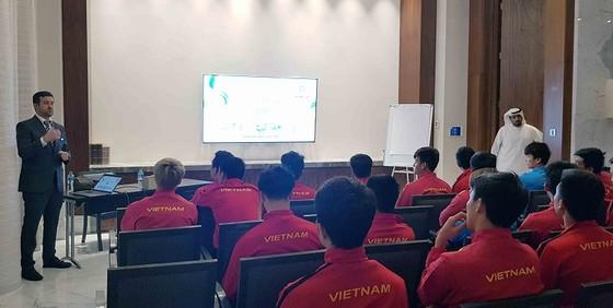 Đại diện AFC tại buổi gặp, phổ biến công nghệ VAR cho các cầu thủ Việt Nam. Ảnh: ĐOÀN NHẬT