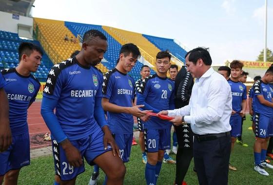 Tổng giám đốc Cty CPBĐ Bình Dương Lê Hồng Cường trao bao lì xì đầu năm cho các cầu thủ. Ảnh: DŨNG PHƯƠNG