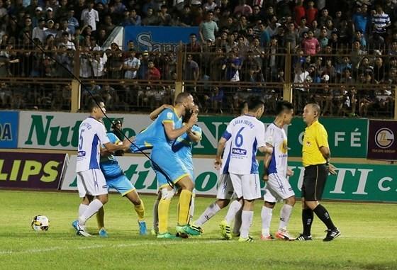 Cuộc so tài căng thẳng giữa hai đội trên sân Nha Trang năm 2019. Ảnh: DŨNG PHƯƠNG
