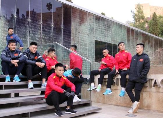 Đội tuyển futsal Việt Nam ra sân tập taị Malaga ảnh 1