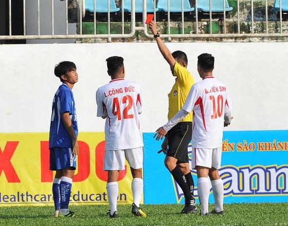 Thủ quân đội U19 Đà Nẵng gãy chân trong trận gặp HA.GL ảnh 3