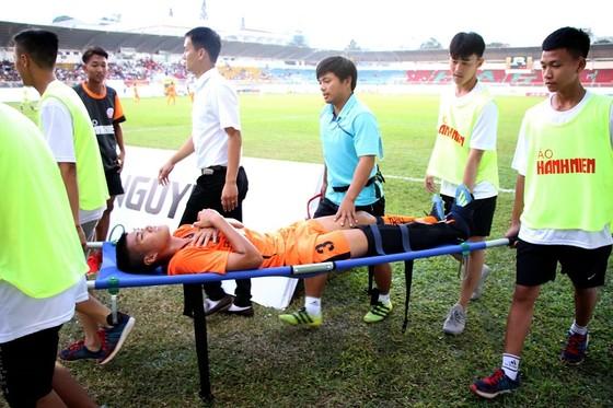 Thủ quân đội U19 Đà Nẵng gãy chân trong trận gặp HA.GL ảnh 1