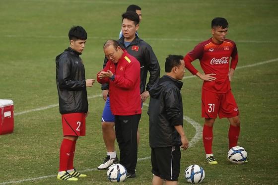 Ông Park trao đổi cùng Đình Trọng trước buổi tập chiều 13-3. Ảnh: MINH HOÀNG