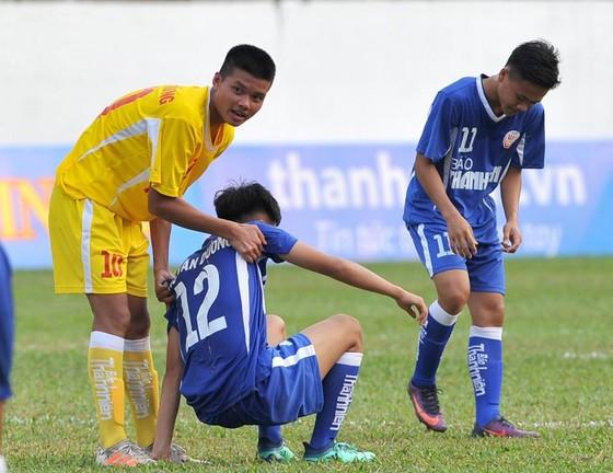 Cầu thủ Hà Nội an ủi các cầu thủ Bình Dương sau khi kết thúc trận đấu. Ảnh: NGUYỄN NHÂN