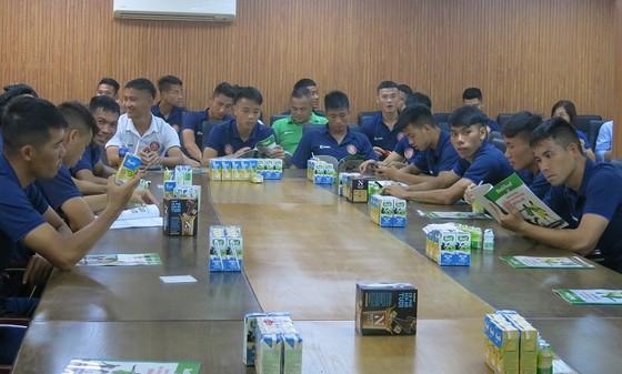 Các cầu thủ CLB Sài Gòn trong 1 lần được các chuyên gia dinh dưỡng Công ty NutiFood tư vấn